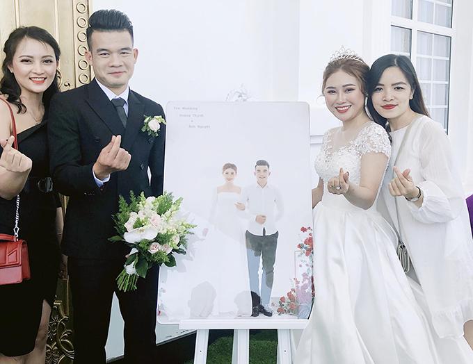 Hoàng Thịnh mặc bộ vest đen trong khi cô dâu mặc váy ren trắng tiếp đón khách khứa và bạn bè.