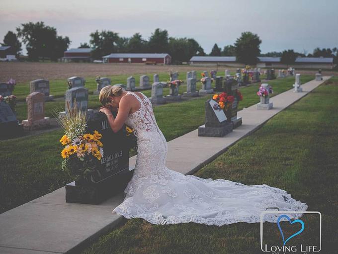 Jessica gục đầu trên bia mộ hôn phu hôm 29/9. Ảnh: Loving Life Photography.