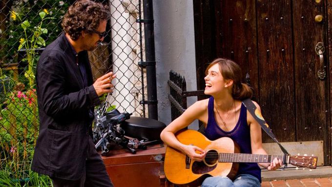 Keira Knightley chơi guitar trong một cảnh quay