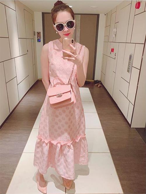 Hoa hậu Đặng Thu Thảo diện cả cây đồ màu hồng, thích thú đứng selfie trước gương.