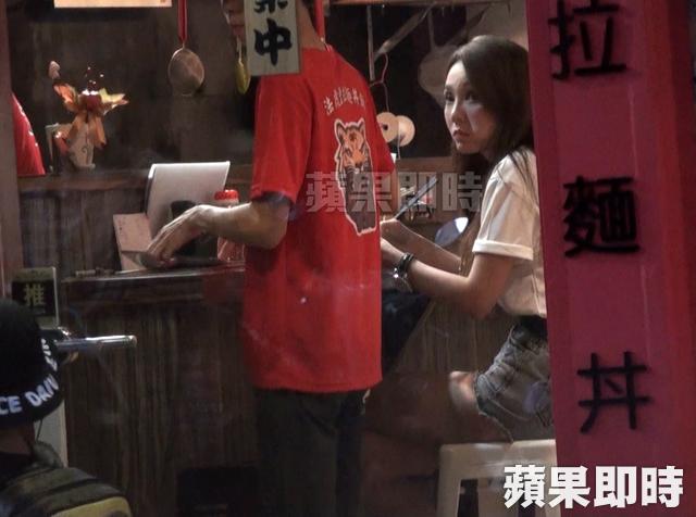 Thanh Đào cũng tranh thủ ăn mỳ tại tiệm.