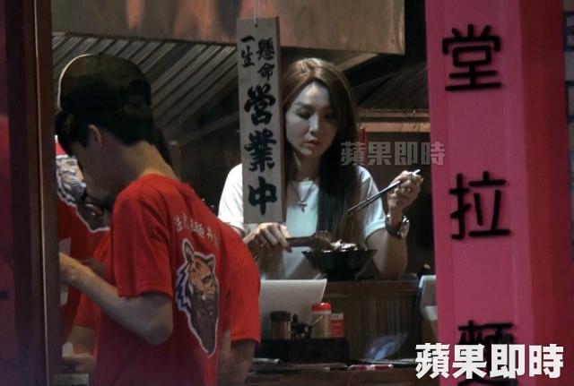 Tại tiệm mỳ do mình làm chủ, Helen Thanh Đào trực tiếp vào bếp chỉ đạo nấu nướng, nếm thử, ghi chép...