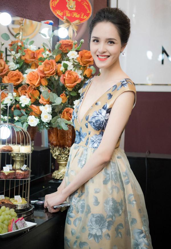 Á hậu Hoàng Anh tại event khai trương của chuyên gia trang điểm Mai Phan vào tối 8/10.