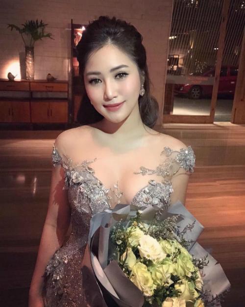 Hương Tràm quyến rũ với thiết kế váy xẻ ngực sâu.