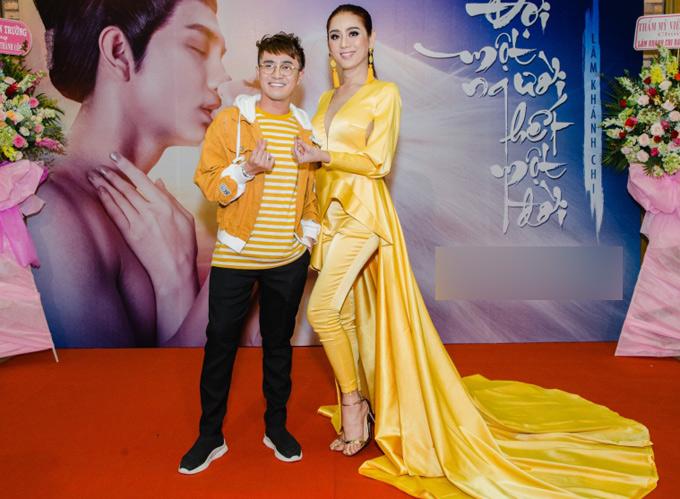 Diễn viên hài Huỳnh Lập đọ trang phục màu nổi với đàn chị.