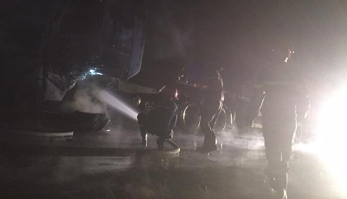 Cảnh sát cứu hoả nỗ lực khống chế đám cháy.