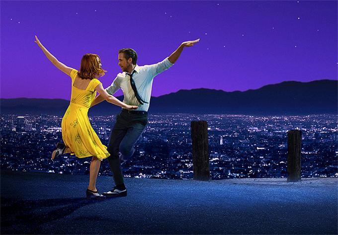 Emma Stone và Ryan Gosling trong một cảnh phim nhảy múa, dùng lời bài hát thay cho lời thoại