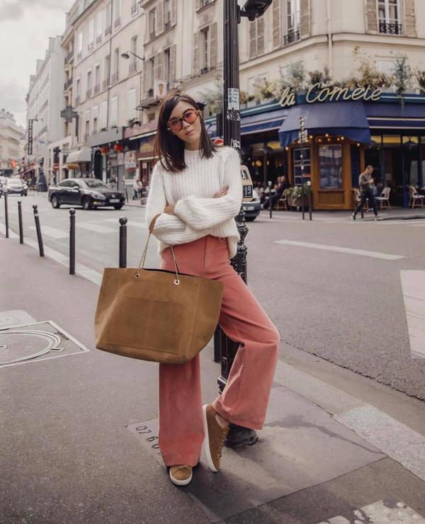 Set đồ cho những ngày se lạnh với thiết kế áo dệt kim đi cùng quần jeans ống rộng. Phụ kiện đi kèm là túi tote cỡ lớn và giầy slip-on tiệp sắc màu.