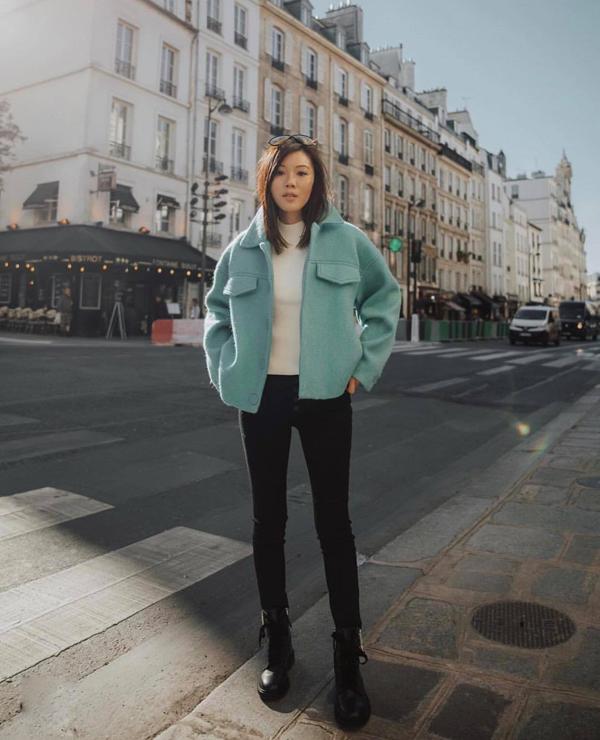 Áo dạ ấm áp nhưng vẫn mang lại cảm giác dịu mắt bởi tông xanh baby. Áo khoác kiểu dáng trẻ trung được phối hợp cùng set đồ trắng đen.