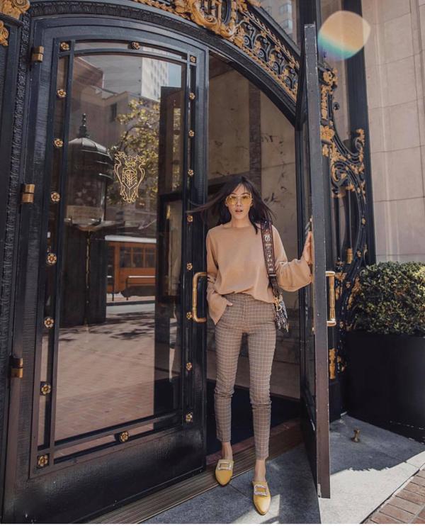 Ở mùa thu 2018, quần kẻ sọc ca rô nhí là một trong những sản phẩm được các cô nàng sành điệu yêu thích. Ngoài cách mặc suit thanh lịch, quần ca rô được chọn lựa để phối cùng các kiểu áo dệt kim, áo lụa, áo len màu đơn sắc.