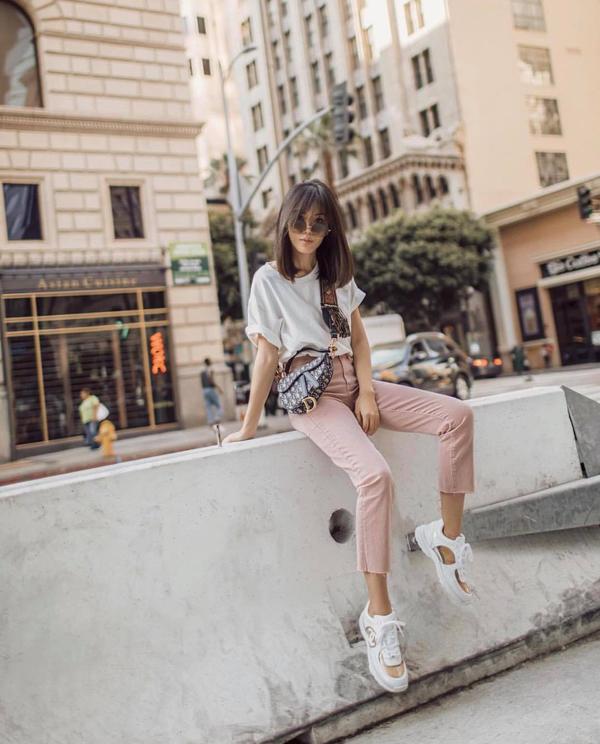 Những gam màu có khả năng tôn nét trẻ trung như trắng, hồng nude, đỏ được dùng để làm đa dạng cho các kiểu quần jeans ống côn. Trang phục này thường được mix cùng áo thun cổ trụ dáng basic mang lại sự thoải mái cho bạn gái khi xuống phố.