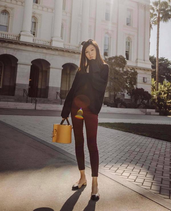 Những mẫu quần ống ôm là trang phục khá phổ biến và được chị em công sở yêu thích. Bởi thiết kế đặc trưng của quần skinny luôn giúp người mặc tôn chiều cao và dễ kết hợp với các kiểu áo khác nhau.