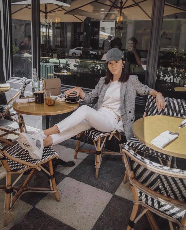 Mùa hè phái đẹp thường chọn các kiểu quần suông ống rộng cắt may trên vải lụa mềm để chưng diện. Nhưng khi không khí có dấu hiệu chuyển mùa thì vải jeans, denim, ka ki lại được yêu thích hơn.