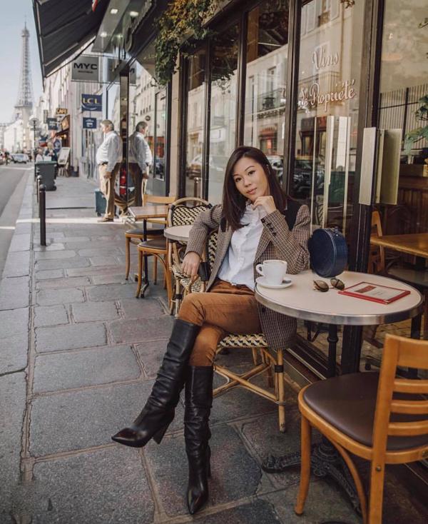 Phối quần skinny cùng sơ mi và áo blazer cũng là công thức được nhiều chị em áp dụng khi lên đồ đến văn phòng.