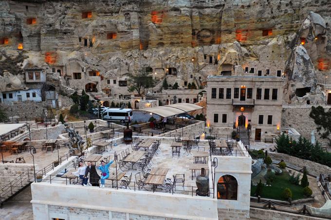 Cappadocia thuộc tỉnh Nevsehir ở miền trung Thổ Nhĩ Kỳ. Nơi đây vùng đất du lịch nổi tiếng, được UNESCO công nhận di sản thiên nhiên thế giới từ năm 1985.