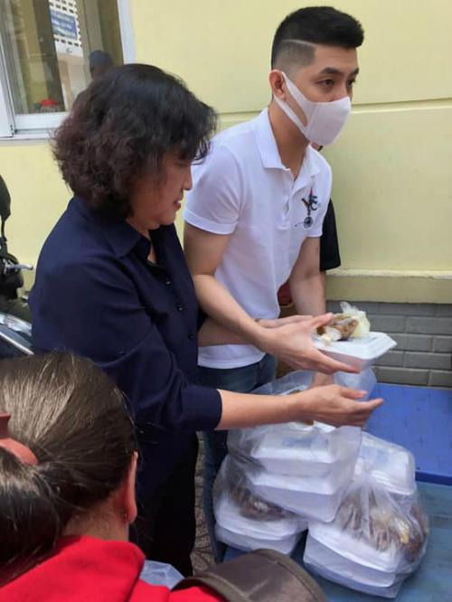 Noo Phước Thịnh đổi kiểu tóc, đi phát cơm từ thiện giữa ồn ào bị kiện gần 1 tỷ đồng.