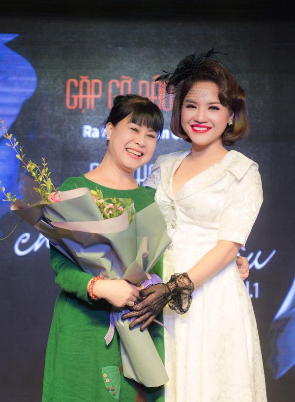 NSƯT Hồng Liên bày tỏ sự khâm phục Nhã Thanh, một cô bé sinh ra trong hoàn cảnh nghèo khó, bố mẹ làm ruộng ở Nam Định. Để trở thành ca sĩ chuyên nghiệp như hiện tại, cô đã nỗ lực phấn đấu và vượt quanhiều khó khăn.