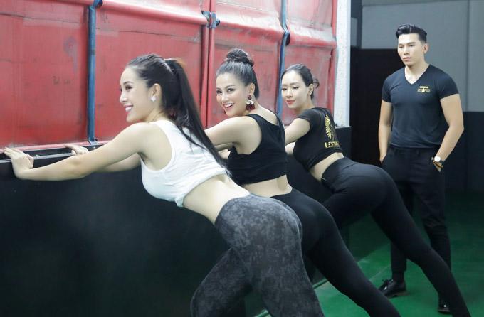 Á hậu Phương Khánh mặc bikini khi tập catwalk thi Miss Earth - 7