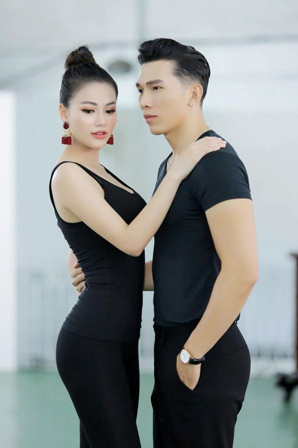 Á hậu Phương Khánh mặc bikini khi tập catwalk thi Miss Earth