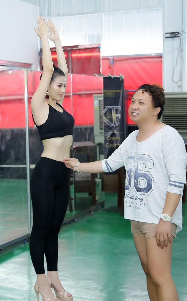 Á hậu Phương Khánh mặc bikini khi tập catwalk thi Miss Earth - 1