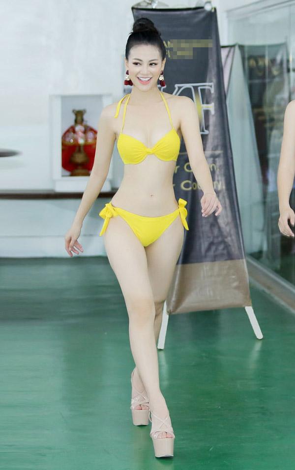 Á hậu Phương Khánh mặc bikini khi tập catwalk thi Miss Earth - 2