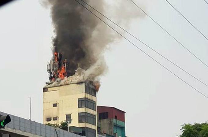 Ngọn lửa bốc lên từ tầng thượng. Ảnh: Lê Ngọc