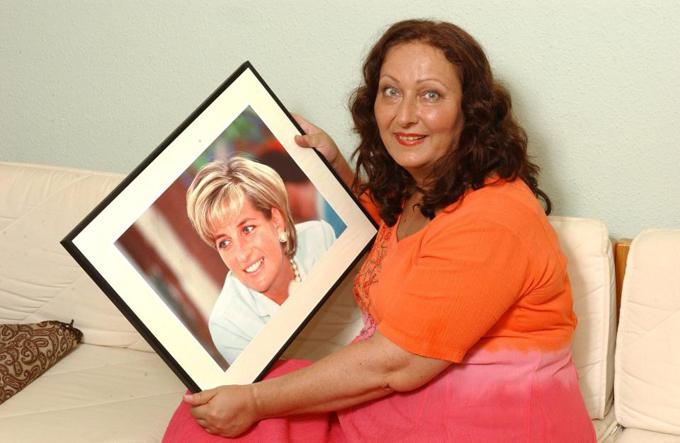 Nhà ngoại cảm Simone Simmons giữ bức ảnh cố Công nương Diana trong nhà mình. Ảnh: News Group Newspaper.