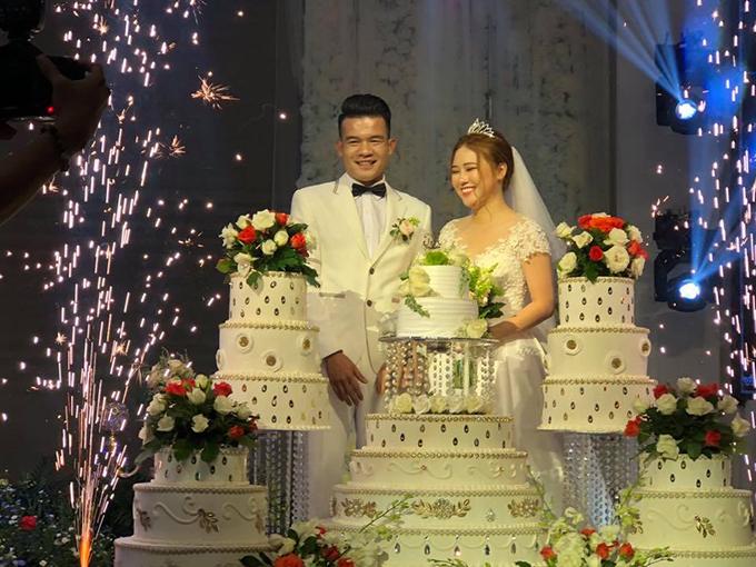 Bà xã của Hoàng Thịnh làm nghề trang điểm cô dâu và cho thuê đồ cưới nên lễ ăn hỏi của hai người được tổ chức rất chu đáo,trang trọng.