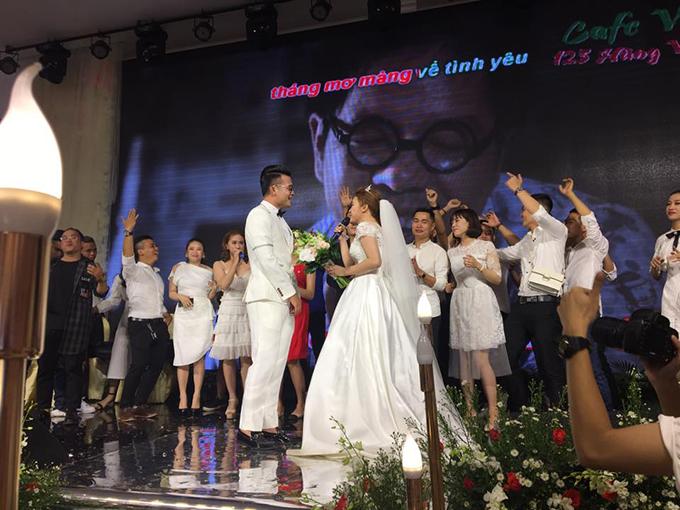 Vợ hát tặng Hoàng Thịnh ca khúc Chuyện tình nhà thơ trên sân khấu.