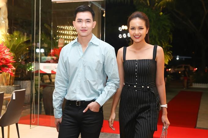 Ca sĩ Võ Cảnh va Hoa hậu Siêu quốc gia Việt Nam 2018 - Ngọc Châu cùng tham dự sự kiện khai trương một thương hiệu nội thất ở Đà Nẵng, tối 9/10.