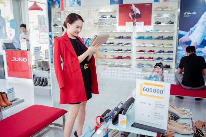 Biết được chương trình Mừng Ngày Phụ Nữ Việt Nam 20.10 của thương hiệu giày túi xách thời trang Juno, Bảo Thanh đã đến ngay nơi này để chọn cho mình giày và ví phù hợp cho phong cách đi hẹn hò tối nay