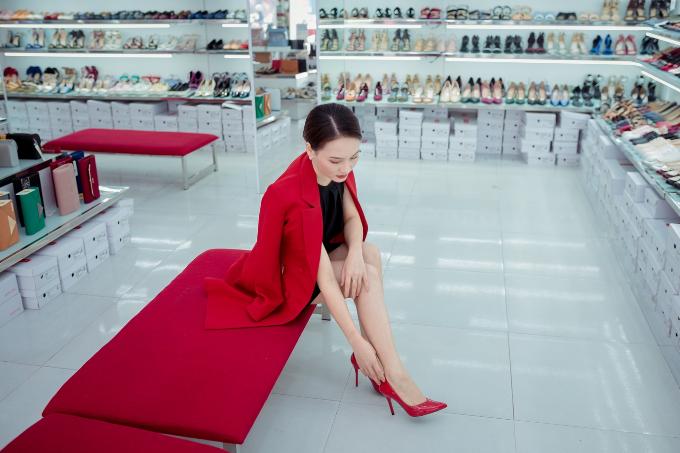 Cô nàng thử vào chân và tỏ ra khá ưng ý. Bảo Thanh cũng chia sẻ những đôi giày cao gót trơn dễ phối đồ hơn sản phẩm họa tiết cầu kỳ.