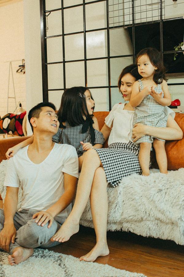 Con gái lớn của cặp đôi là bé Mina 6 tuổi, bé út Misu hơn 2 tuổi. Cả hai đều rất ngoan ngoãn, đáng yêu.