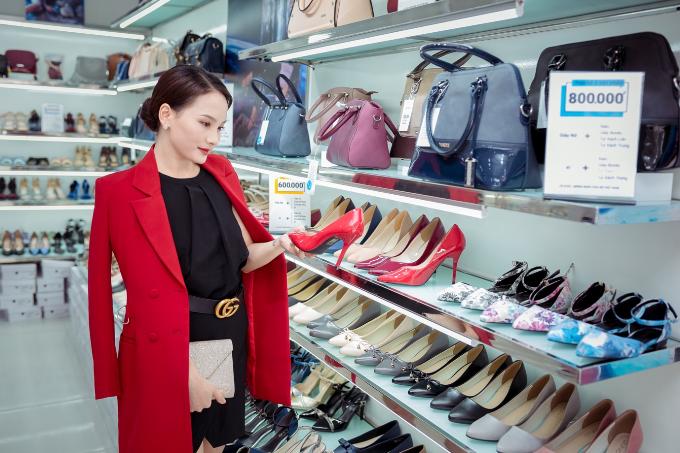 Giày cao gót màu đỏ thu hút được sự chú ý của Bảo Thanh bởi chất liệu trơn màu đem tới nét gợi cảm chừng mực