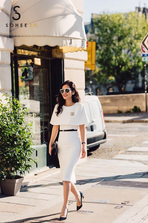 Các bộ váy do CEO Hà Bùi thiết kế có phom dáng cổ điển, thanh lịch, tôn lên nét nữ tính cho người mặc. Với item này, chị em có thểdiện đi tiệc, dạo phố hay tham gia các sự kiện lớn mà vẫn đảm bảo vẻthời thượng, lịch sự.