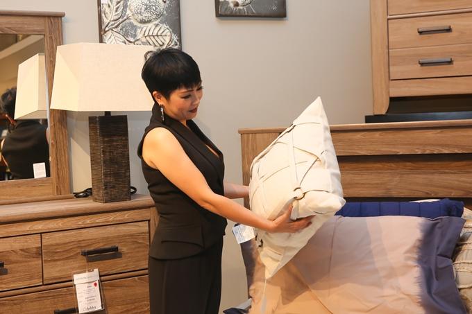 Chị Chanh khá đam mê đồ nội thất nên hào hứng khám phá các không gian trưng bày tại sự kiện.