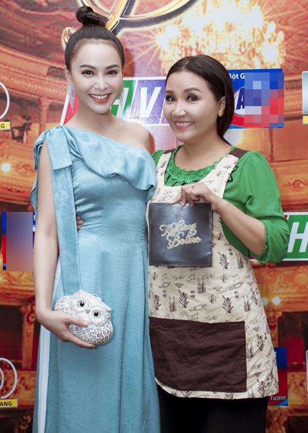Mỹ Ngọc chụp ảnh cùng nghệ sĩ Ngân Quỳnh.