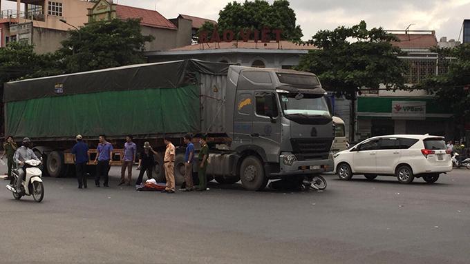 Bánh xe tải trườn qua hai nạn nhân.