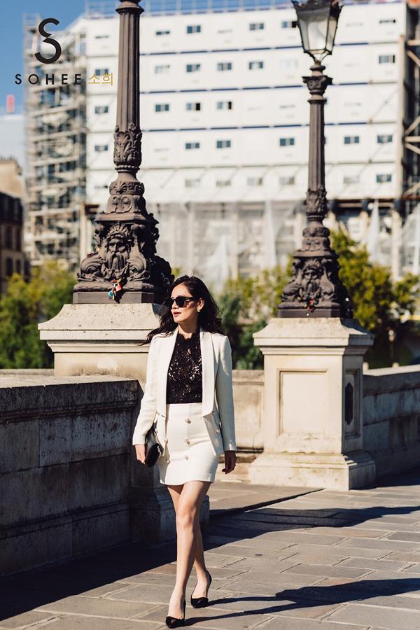 Mẫu vest trắng với phần ve áo mới mẻ là mộtthiết kế mới của thương hiệu trongmùa thu đông 2018.