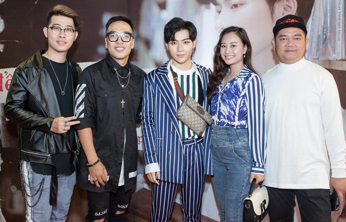 Đạo diễn Nguyễn Hoàng Duy (thứ hai từ trái qua), vợ chồng ca sĩ Hà Thúy Anh (phải) và một số bạn bè nghệ sĩ đến chung vui với Đỗ Phú Quí.