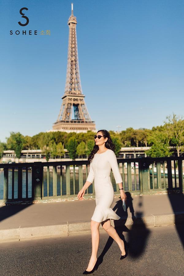 Những bộ váy gam màu trắng trung tính luôn tạo được sức hút cho phái đẹp.