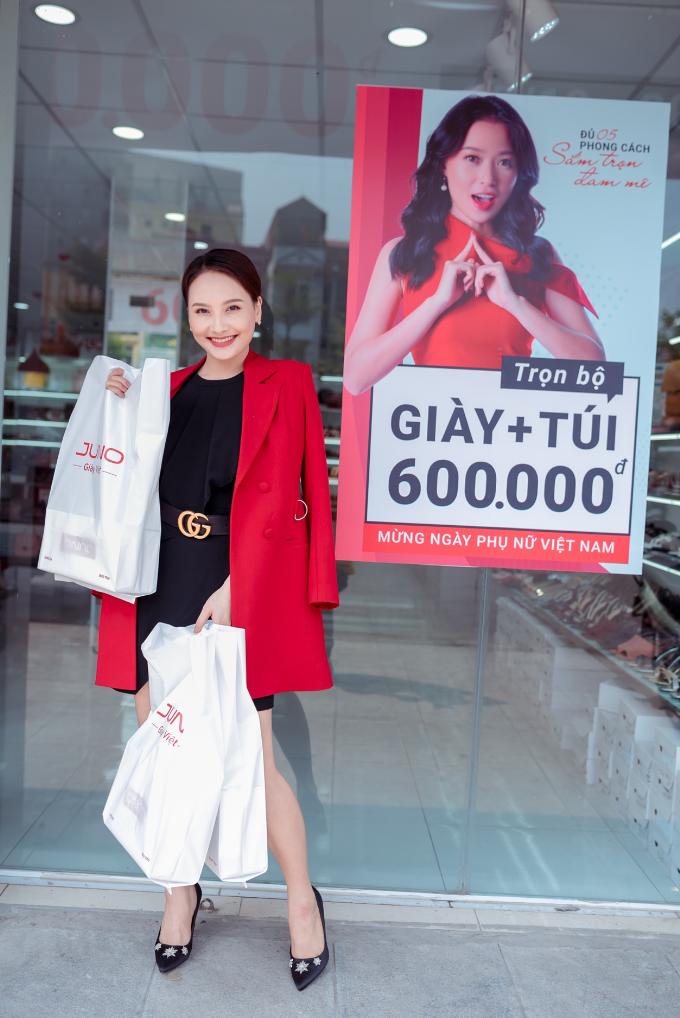 Diễn viên Sống chung với mẹ chồng Bảo Thanh vui vẻ ra về vì không chỉ chọn được phụ kiện giày túi để hẹn hò cùng chồng, mà còn mua đươc trọn bộ giày túi với giá chỉ 600k
