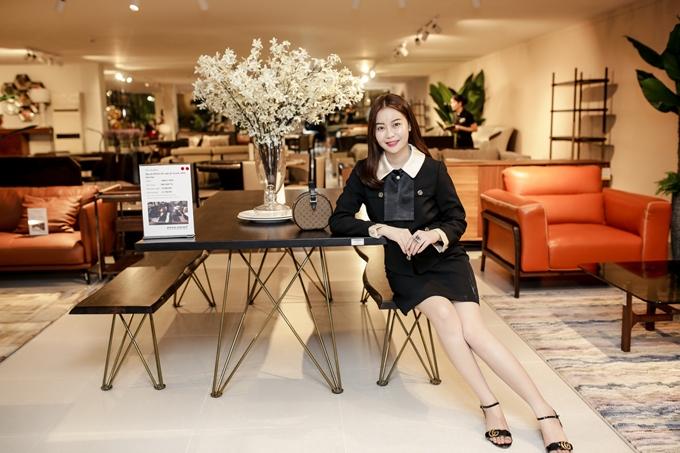 Hoa hậu Hải Dương có mối quan hệ thân thiết với chủ nhân sự kiện - doanh nhân Dương Quốc Nam nên bay ra Đà Nẵng chúc mừng người anh khai trương.