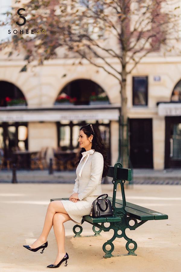 Mẫuvest vàđầm với gam màu ghi sáng trẻ trung, năng động phù hợp với những cô nàng công sở hiện đại.