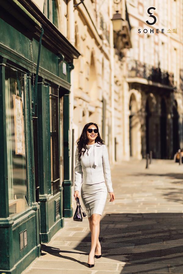 Tôi muốn truyền tải thông điệphình ảnh người phụ nữ năng động của thời kỳ hiện đại vào những thiết kế của mình. Họ không chỉ có vẻ ngoài cuốn hút, thần thái tự tin mà còn luôn nỗ lực làm việc, chứng tỏ năng lực bản thân, CEOSohee cho biết.
