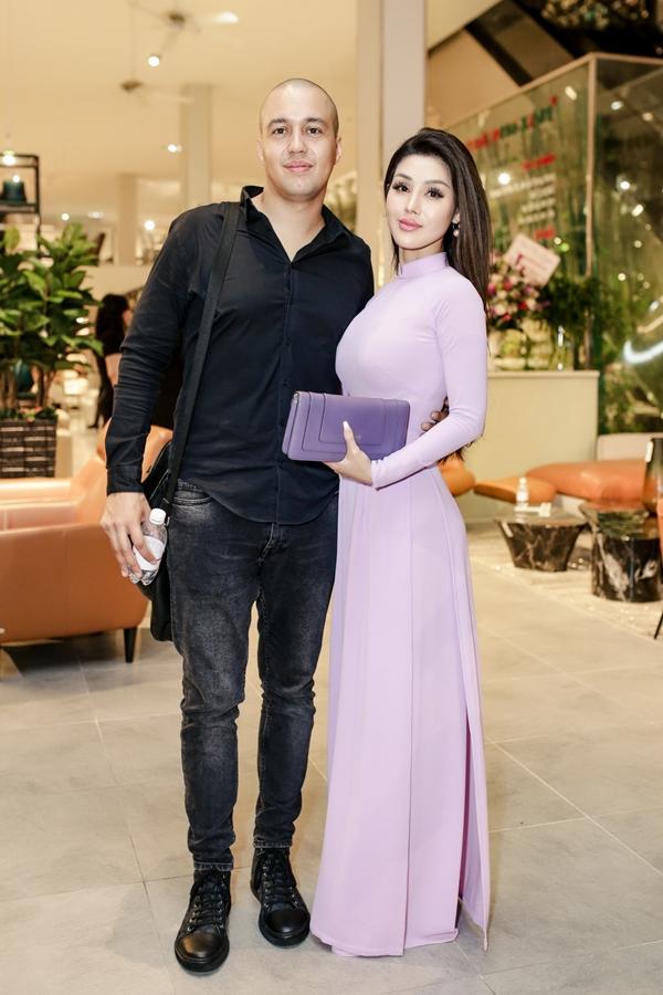 Người đẹp Đinh Phương Ánh diện áo dài duyên dáng, tình tứ bên bạn trai.