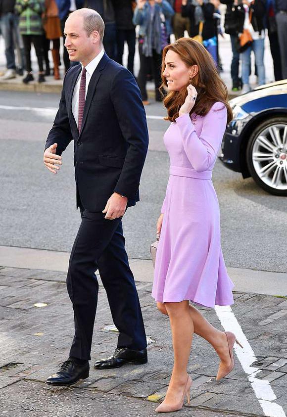 Nữ công tước xứ Sussex mặc váy hơn 1.700 USD tại Hội nghị sức khỏe tâm thần toàn cầu tại London sáng 9/10. Ảnh: REX.