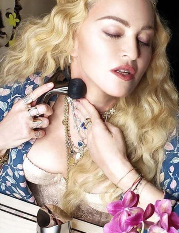 Nữ hoàng nhạc Pop sử dụng thanh lăn massage để chống lão hoá da nhưng thiết kế của sản phẩm