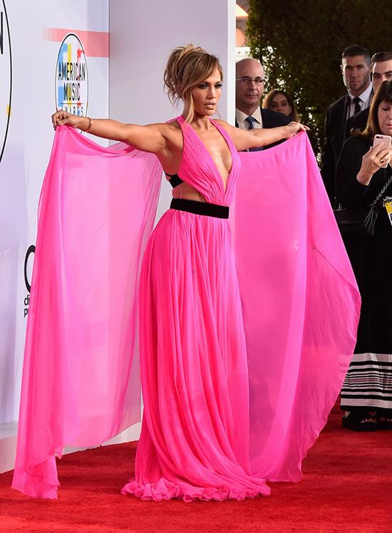 Jennifer Lopez xuất hiện nổi bật trên thảm đỏ ở nhà hát Microsoft tối thứ 3. Cô diện bộ đầm lộng lẫy thương hiệu Georges Chakra.