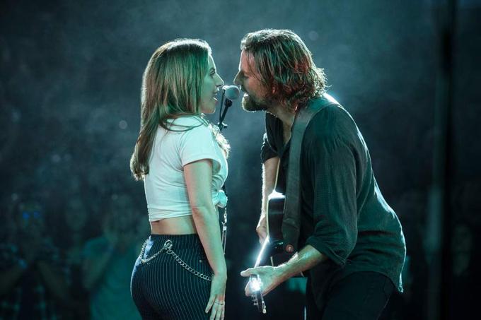 Lady Gaga và bạn diễn Bradley Cooper trong một cảnh phim tình tứ